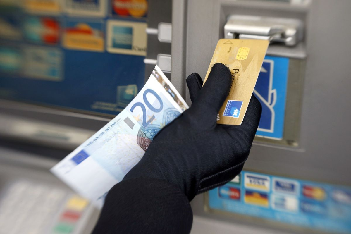 mogut-li-pristavy-arestovat-kreditnuyu-kartu_12