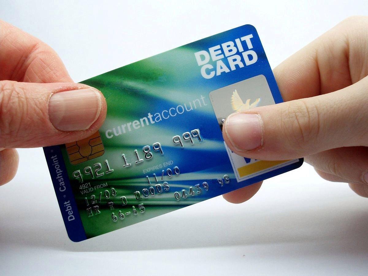chem-otlichaetsya-debetovaya-karta-ot-kreditnoj_